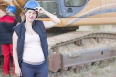 Zwangere vrouw in bouwwerf die een rust hebben royalty-vrije stock foto's