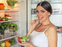 Zwangere vrouw in de keuken stock afbeeldingen