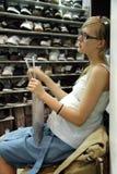 Zwangere vrouw in de schoenwinkel stock afbeeldingen