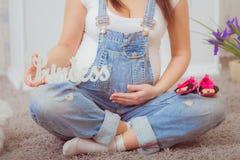 Zwangere vrouw in denimoverall royalty-vrije stock fotografie