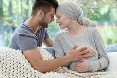 Zwangere vrouw die aan kanker lijden stock fotografie