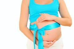 Zwangere vrouw die een babyjongen verwachten Royalty-vrije Stock Foto's