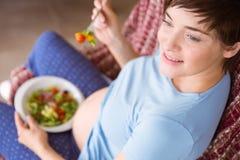 Zwangere vrouw die een salade eten royalty-vrije stock afbeeldingen