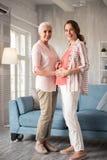 Zwangere vrouw die flodderige witte broeken dragen die zich dichtbij haar tante bevinden royalty-vrije stock foto