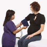 Zwangere vrouw die gecontroleerde bloeddruk heeft. royalty-vrije stock fotografie