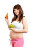 Zwangere vrouw die gezond voedsel eet stock fotografie
