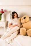 Zwangere vrouw die haar buik houden Royalty-vrije Stock Afbeelding