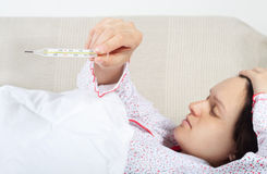 Zwangere vrouw die haar lichaamstemperatuur controleren Stock Foto