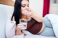 Zwangere vrouw die misselijkheid hebben Royalty-vrije Stock Afbeelding