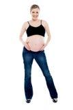 Zwangere vrouw die modieuze uitrusting draagt Royalty-vrije Stock Afbeelding