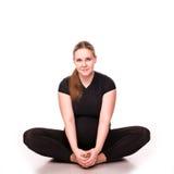 Zwangere vrouw die op wit uitoefenen Royalty-vrije Stock Fotografie