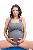 Zwangere vrouw die pilates oefeningen doen Stock Fotografie