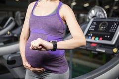 Zwangere vrouw die slim apparaat met behulp van royalty-vrije stock afbeeldingen