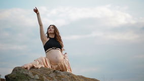 Zwangere vrouw die sport in openlucht doen stock footage
