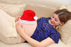 Zwangere vrouw die teder buik bekijkt Stock Fotografie