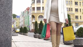 Zwangere vrouw die van haar staat genieten die voor gang lopen en het winkelen, close-up doen royalty-vrije stock afbeeldingen