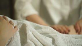 Zwangere vrouw die voetmassage doen stock videobeelden