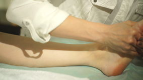 Zwangere vrouw die voetmassage doen stock video