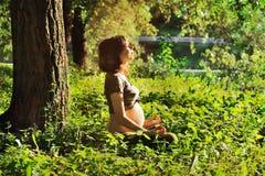Zwangere vrouw die yoga in aard doen Royalty-vrije Stock Foto's