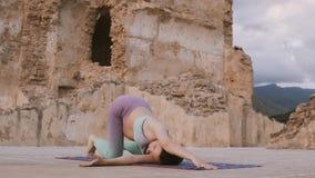 Zwangere vrouw die yoga doen in openlucht bij zonsopgang Mamma om het uitrekken uit te oefenen zich stock footage