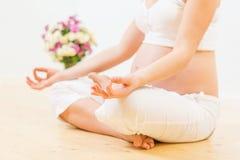 Zwangere vrouw die yogaoefening doet Royalty-vrije Stock Afbeelding