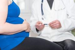Zwangere vrouw en arts royalty-vrije stock afbeeldingen