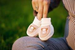 Zwangere vrouw en babysokken Royalty-vrije Stock Foto