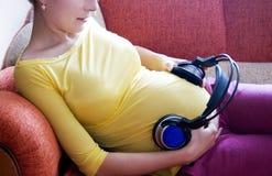 Zwangere vrouw en muziek Royalty-vrije Stock Foto's