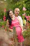 Zwangere vrouw in groene tuin Stock Afbeelding