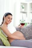 Zwangere vrouw het drinken wijn Royalty-vrije Stock Foto's