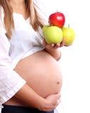 Zwangere vrouw met appelen stock afbeeldingen