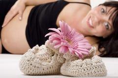 Zwangere vrouw met bloem Stock Fotografie