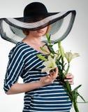 Zwangere vrouw met bloemen Royalty-vrije Stock Afbeeldingen