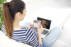 Zwangere vrouw met 3D ultrasone klankfoto van haar baby Royalty-vrije Stock Afbeelding