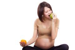 Zwangere vrouw met fruit Stock Foto's