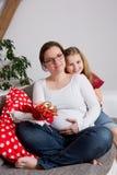 Zwangere vrouw met haar dochter Royalty-vrije Stock Foto