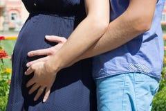 Zwangere vrouw met haar echtgenoot stock foto