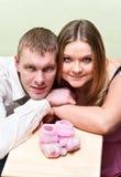 Zwangere vrouw met haar echtgenoot royalty-vrije stock foto's