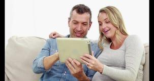 Zwangere vrouw met haar echtgenoot die videovraag doen stock video