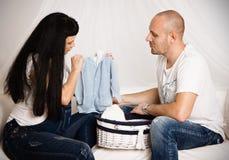Zwangere vrouw met haar houdende van echtgenoot in een gelukkig anticiperen royalty-vrije stock foto's