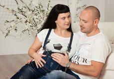 Zwangere vrouw met haar houdende van echtgenoot in een gelukkig anticiperen royalty-vrije stock foto