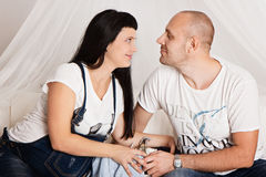 Zwangere vrouw met haar houdende van echtgenoot in een gelukkig anticiperen o stock afbeelding