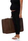 Zwangere vrouw met oude koffer stock afbeeldingen