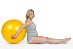 Zwangere vrouw met pilatesbal Stock Foto