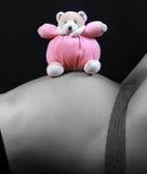 Zwangere vrouw met stuk speelgoed Royalty-vrije Stock Afbeeldingen