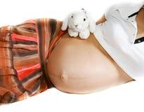 Zwangere vrouw met stuk speelgoed konijn Royalty-vrije Stock Foto's