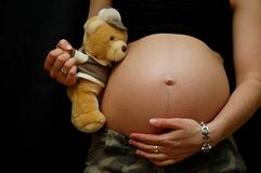 Zwangere vrouw met teddybeer royalty-vrije stock foto