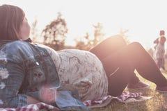 Zwangere vrouw met twee kinderen bij de picknick Royalty-vrije Stock Afbeeldingen