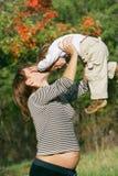 Zwangere vrouw met zoon Stock Foto's