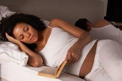Zwangere vrouw onbekwaam aan slaap Royalty-vrije Stock Foto's